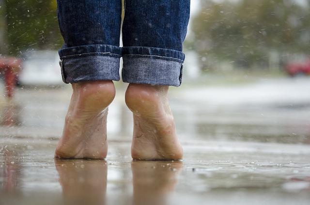 barefoot-1835661_640